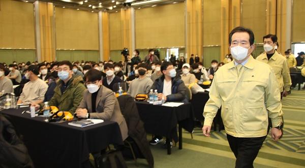 정세균 국무총리가 5일 오후 서울 서대문구 스위스그랜드호텔에서 열린 신규 공중보건의사 직무 교육 현장을 방문하고 있다