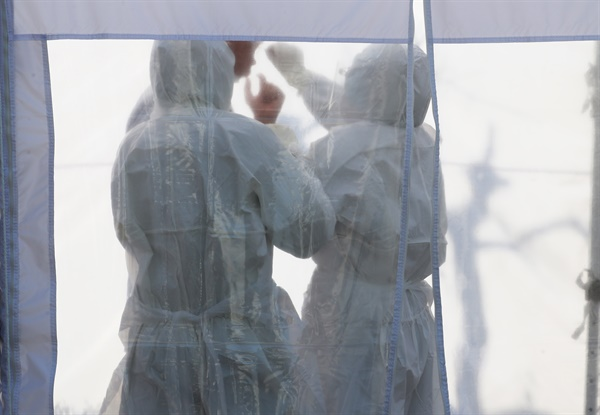 의료진과 환자 등 8명이 신종 코로나바이러스 감염증(코로나19) 확진 판정을 받아 진료가 중단된 경기도 성남시 분당제생병원에서 6일 오전 의료진이 검체 채취를 받고 있다.