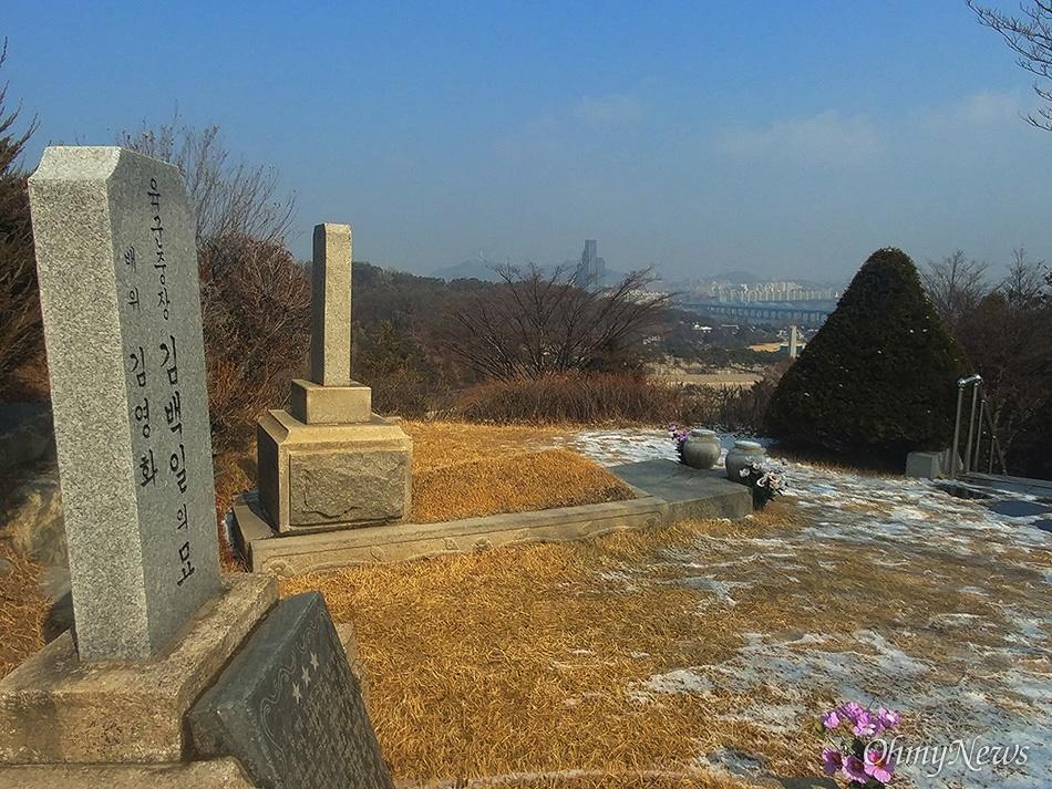 [현충원 안장 친일파] 김백일 묘지 독립군 잡던 친일파, 국군의 영웅으로 기억되다 친일파 김백일의 묘는 일본 만주군 출신 박정희 대통령의 묘역 앞쪽에 자리한 장군1묘역 최상단에 자리잡고 있다. 김백일의 무덤에 서면 현충원 전경과 쭉 뻗은 한강을 내려다 볼 수 있다.
