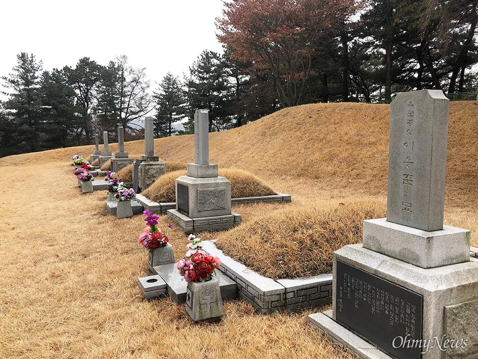 [현충원 안장 친일파] 이응준 묘지 대한민국 초대 육군참모총장 이응준, 그가 남긴 친일 찬가 친일파 이응준의 묘는 장군2묘역 입구에 자리해 있다. 장군2묘역 아래쪽에는 대한독립군무명용사위령탑과 애국지사들이 묘역이 있다. 두 묘역 간 거리는 직선으로 40m에 불과하다