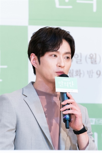 tvN 새 월화드라마 <반의반> 제작발표회. 이날 현장에는 이상엽 PD를 비롯해 배우 정해인, 채수빈, 이하나, 김성규가 참석했다.