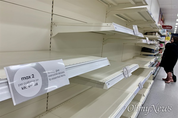 코로나바이러스19가 유럽 전 지역으로 확산되고 있다. 지난 15일 영국 런던의 한 대형 슈퍼마켓. 화장지 등 생필품 사재기가 계속되면서 1인당 구매제한을 걸고 있지만 이마저도 구하기 어려운 실정이다.