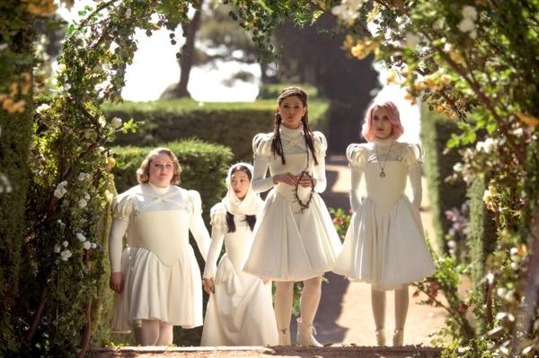 <파라다이스 힐스>에 거주하는 여성들은 코르셋을 조인 흰 드레스를 입고 다닌다.