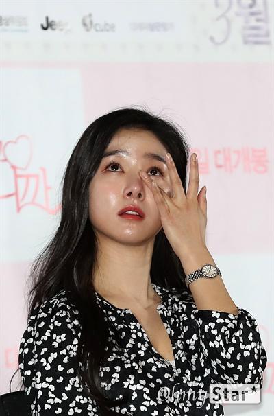 '사랑하고 있습니까' 김소은, 고 전미선 배우 생각에 울컥 김소은 배우가 17일 오후 서울 송파구 올림픽로의 한 상영관에서 열린 영화 <사랑하고 있습니까> 시사회에서 작품 속에서 어머니로 등장하는 고 전미선 배우에 대한 질문에 답하며 눈물을 글썽이고 있다. <사랑하고 있습니까>는 사랑의 해답을 알려주는 기묘한 책을 만난 뒤 마법처럼 뒤바뀌기 시작한 두 청춘남녀의 사랑을 그린 판타지 로맨스 작품이다. 3월 개봉 예정.
