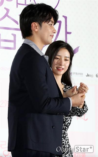 '사랑하고 있습니까' 성훈-김소은, 하트는 이렇게! 배우 김소은이 17일 오후 서울 송파구 올림픽로의 한 상영관에서 열린 영화 <사랑하고 있습니까> 시사회에서 배우 성훈의 하트만들기를 도와주며 포토타임을 갖고 있다. <사랑하고 있습니까>는 사랑의 해답을 알려주는 기묘한 책을 만난 뒤 마법처럼 뒤바뀌기 시작한 두 청춘남녀의 사랑을 그린 판타지 로맨스 작품이다. 3월 개봉 예정.