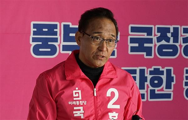 17일 홍윤식 미래통합당 예비후보가 자신의 선거사무소에서 기자회견을 열고 제21대 총선 강릉선거구 출마를 선언하고 있다.