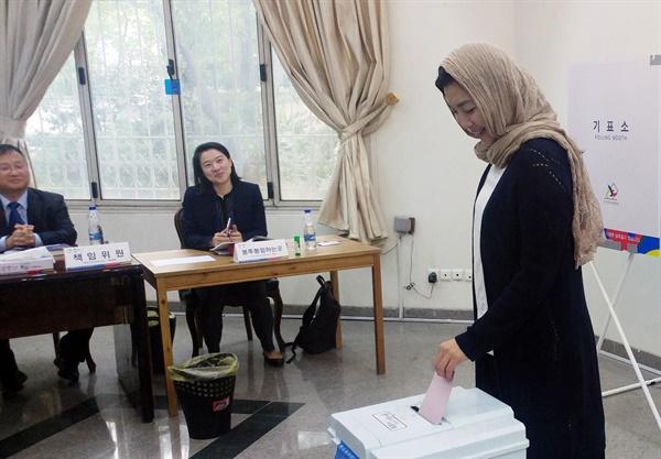 테헤란서 재외국민투표 시작 2017년 4월 27일 오전(현지시간) 이란 주테헤란 한국대사관에서 제19대 대통령 선거 재외국민투표가 열리고 있다.  이란에서는 재외국민 180여명이 사전 등록했다. 재외국민투표는 애초 25일부터지만 유권자수가 200명 미만이면 투표 기간을 단축할 수 있다. 2017.4.27