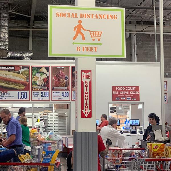미국 상점들에도 사회적 거리두기를 강조하는 안내판이 등장하고 있다.