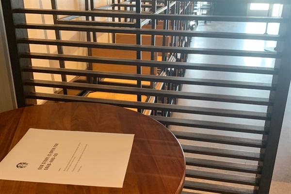 미국 텍사스주에 있는 한 스타벅스 매장의 모습. 매장 사용을 막기 위해 의자를 모두 치운 채 테이블 위에는 테이크 아웃만 가능하다는 안내문을 올려놓았다.