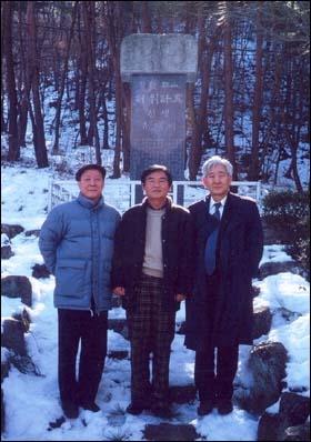 왕산 유허비 앞에서(오른쪽부터 전 강구휘 도의원, 전 허호 구미시의원, 기자).