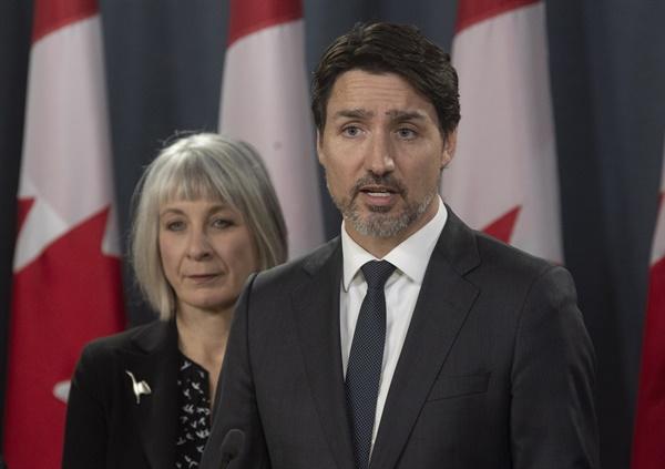 코로나19 대책 기자회견 하는 캐나다 총리 쥐스탱 트뤼도 캐나다 총리(오른쪽)가 11일(현지시간) 오타와에서 기자회견을 하고 있다. 트뤼도 총리는 이날 신종 코로나바이러스 감염증(코로나19) 대처를 위한 10억 캐나다달러(약 8천700억원) 규모의 재정 대책을 발표했다.