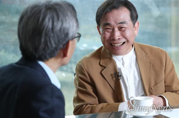 고도원 아침편지문화재단 이사장이 17일 오후 서울 서교동 오마이뉴스 사무실에서 오연호 대표와 인터뷰하고 있다.
