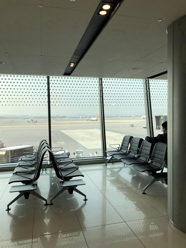 텅빈 김포공황 3월 9일 제주로 내려오기 위해 김포공항에 들어섰는데... 공항은 예전과 많이 다르게 텅비어 있었다.