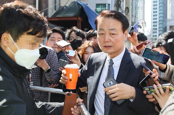 당사 도착한 한선교 대표 미래한국당 한선교 대표가 18일 오후 서울 영등포구 미래한국당 당사에서 열리는 최고위원회의에 참석하기 위해 입장하며 취재진에 둘러싸여 있다.
