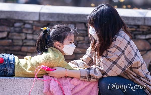 코로나19 사태가 지속되어 3번째 개학연기로 인해 학교를 가지 않은 어린이들 18일 오후 서울 양천구 목동의 한 공원에서 마스크를 쓰고 친구들과 어울려 즐거운 시간을 보내고 있다.