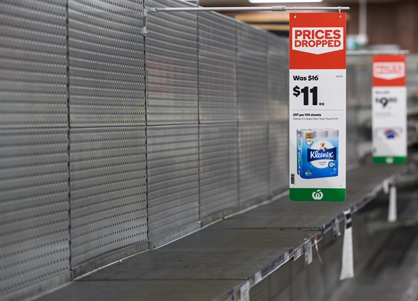 2020년 3월 13일 호주 시드니의 한 슈퍼마켓에서 화장지 선반이 비어 있다.