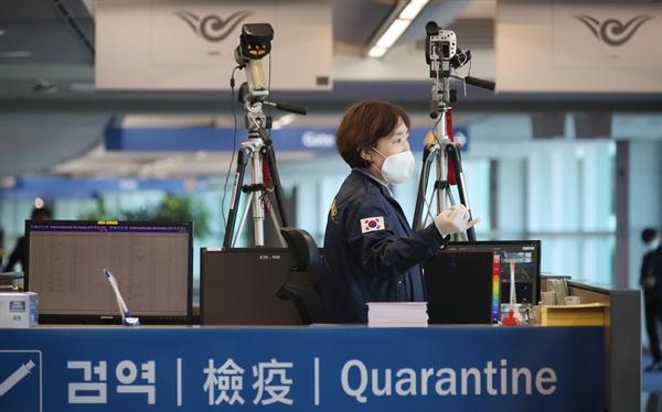 코로나19의 유입을 막기 위해 19일부터 모든 입국자에 '특별입국절차'를 적용하는 인천국제공항 제1여객터미널의 특별입국절차 강화 현장에서 관계자들이 검역 준비를 하고 있다.