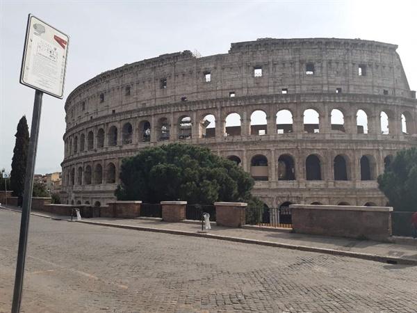코로나19로 인해 전국 이동제한령이 발효된 첫날인 지난 10일(현지시간) 이탈리아 로마의 상징인 콜로세움 주변에 인적이 드문 모습이다.