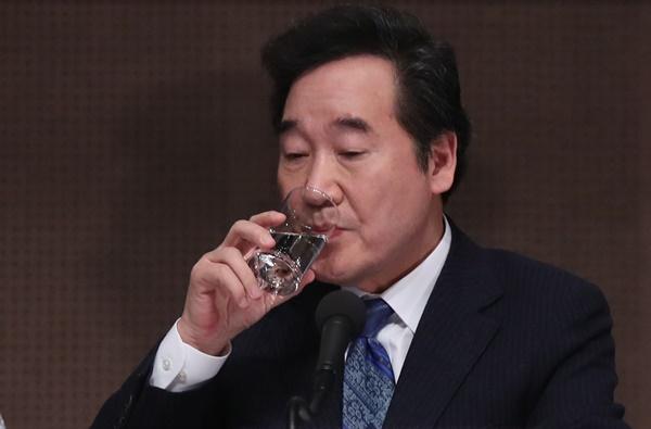 이낙연 더불어민주당 공동상임선거대책위원장이 19일 오전 서울 중구 프레스센터에서 열린 관훈클럽 초청 토론회에서 물을 마시고 있다.