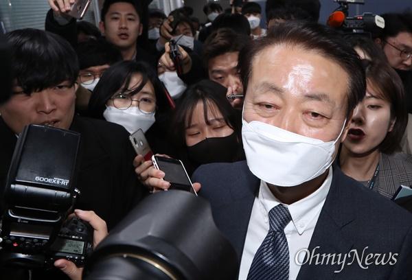 한선교, 미래한국당 대표직 사퇴 미래한국당 한선교 대표가 19일 오후 서울 영등포구 당사에서 긴급 기자회견을 열어 대표직 사퇴 의사를 밝힌 뒤 나서고 있다.