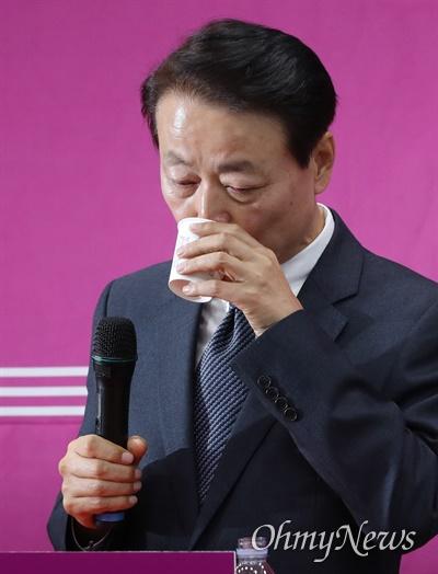 목 축이는 한선교 미래한국당 한선교 대표가 19일 오후 서울 영등포구 당사에서 긴급 기자회견을 열어 대표직 사퇴 의사를 밝히고 있다.