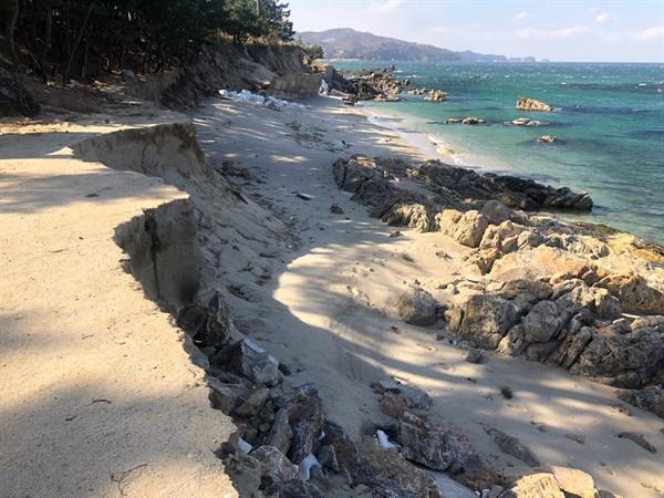 삼척 원평해변 해안침식이 발생해 해안선이 수직절벽을 이루고 있다.