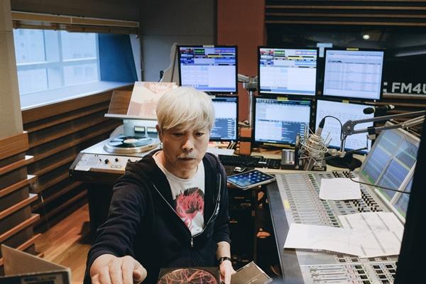 """'배철수의 음악캠프' 30주년 생방송, 천하의 배철수도 긴장 1990년 3월 19일 첫 방송을 시작한 MBC FM4U <배철수의 음악캠프>의 스튜디오 내부가 19일 오후 진행된 30주년 생방송 'Into the Music Camp(인투 더 뮤직 캠프)'를 통해  최초 공개됐다. 배철수는 베테랑 DJ임에도 불구하고 살짝 긴장되는 목소리로 """"배철수의 음악캠프 30년을 몽상이 아니라 실현 가능한 꿈으로 만든 것. 참 뿌듯합니다. 작은 하루들을 모아 30년을 만든 것. 오늘은 마음껏 자랑해도 괜찮겠죠?""""라는 말로 오프닝을 열었다. 이어 그는 """"30주년 되는 날 오프닝 원고를 읽다가 버벅댔네요""""라며 멋쩍은 웃음을 지었다."""