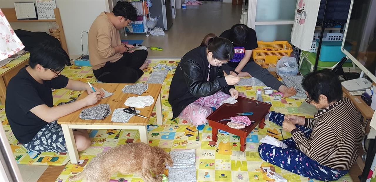 할머니와 함께 면마스크를 만드는 가족들