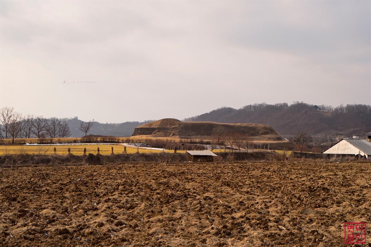 호로고루   연천의 논을 가로 질러 임진강변에 세워진 고구려성 호로고루의 모습은 길게 누운 한 마리 소를 연상시킨다.