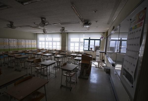 18일 서울의 한 고등학교 교실 책걸상이 시험일처럼 분단별로 배치돼 있다. 개학 뒤에도 수업 중 학생간 거리를 유지하기 위한 학교 측의 조치다.