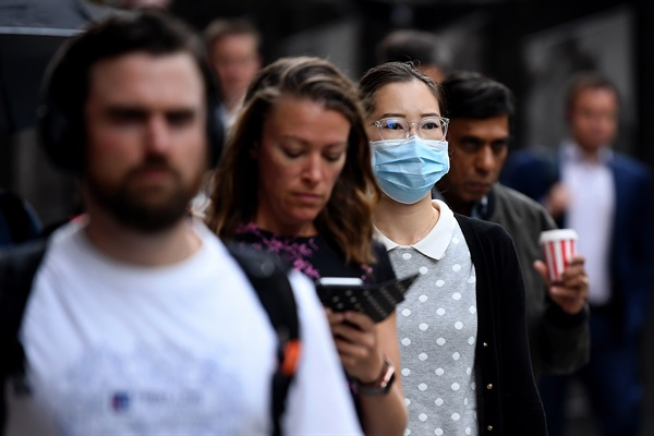 지난 16일 마스크를 쓴 한 여성이 시드니 거리를 지나가고 있다.