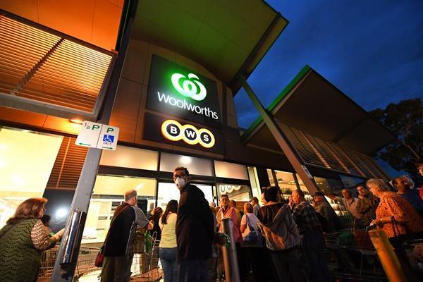 지난 19일 호주 슈퍼마켓 체인인 울워스 앞에서 사람들이 기다리고 있다.