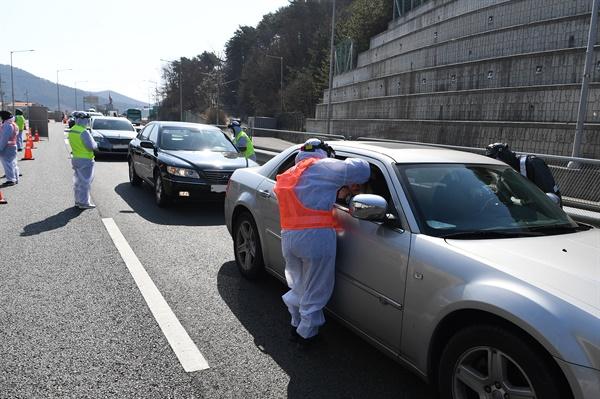 인천시 강화군은 신종 코로나바이러스 감염증(코로나19) 유입을 막기 위해 지난 14일부터 지역으로 들어오는 모든 차량의 탑승자들을 상대로 발열 검사를 하고 있다고 15일 밝혔다. 사진은 발열 검사 모습.