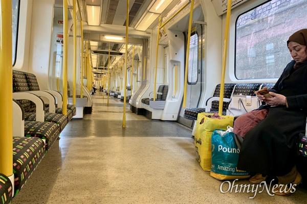 지난 18일 영국 런던 지하철 내부의 한 모습. 영국정부의 '사회적 거리두기' 발표이후 런던 시내의 유동 인구가 크게 줄었다.