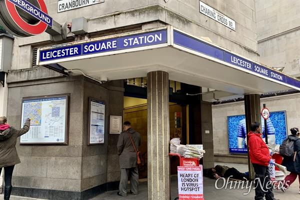 런던의 레스터스퀘어 지하철역 앞. 신문 판매원이 18일 석간 이브닝스탠더드 신문을 나눠주고 있다.