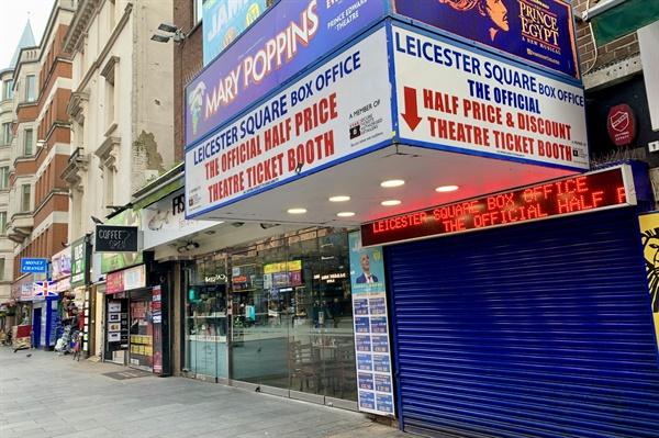 영국 런던의 주요 뮤지컬 등의 티켓을 파는 매장. 모든 극장과 영화관이 문을 닫으면서, 이곳 역시 더이상 티켓을 팔수없게됐다면서 철제문을 내렸다.