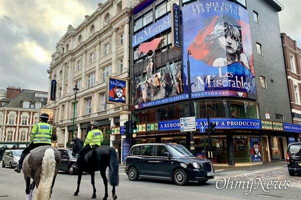 """영국 런던의 대표적인 뮤지컬 '레미제라블'이 상영되고 있는 극장도 문을 닫았다. 극장쪽은 출입구 안내문에 """"영국 총리의 발표에 따라 우리의 모든 공연을 당분간 하지 못한 것에 대해 유감스럽게 생각한다""""고 적었다."""