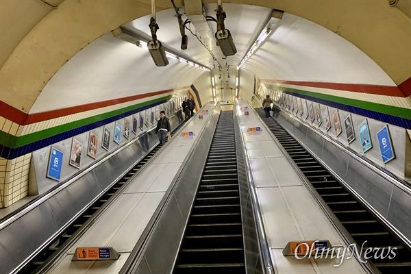 영국 런던 시내 주요 지하철 노선 가운데 하나인 피카딜리라인의 전철역 에스칼레이터. 18일 오후 퇴근시간이었지만 지하철을 이용한 시민은 평상시보다 크게 적어보였다.