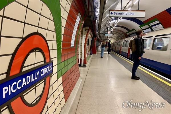 영국 런던 시내 주요 지하철 역 가운데 하나인 피카딜리서커스. 18일 오후 퇴근시간 몇몇 시민이 지하철을 기다리고 있다. 지하철 내부는 평상시보다 훨씬 적은 시민들만이 있었다.