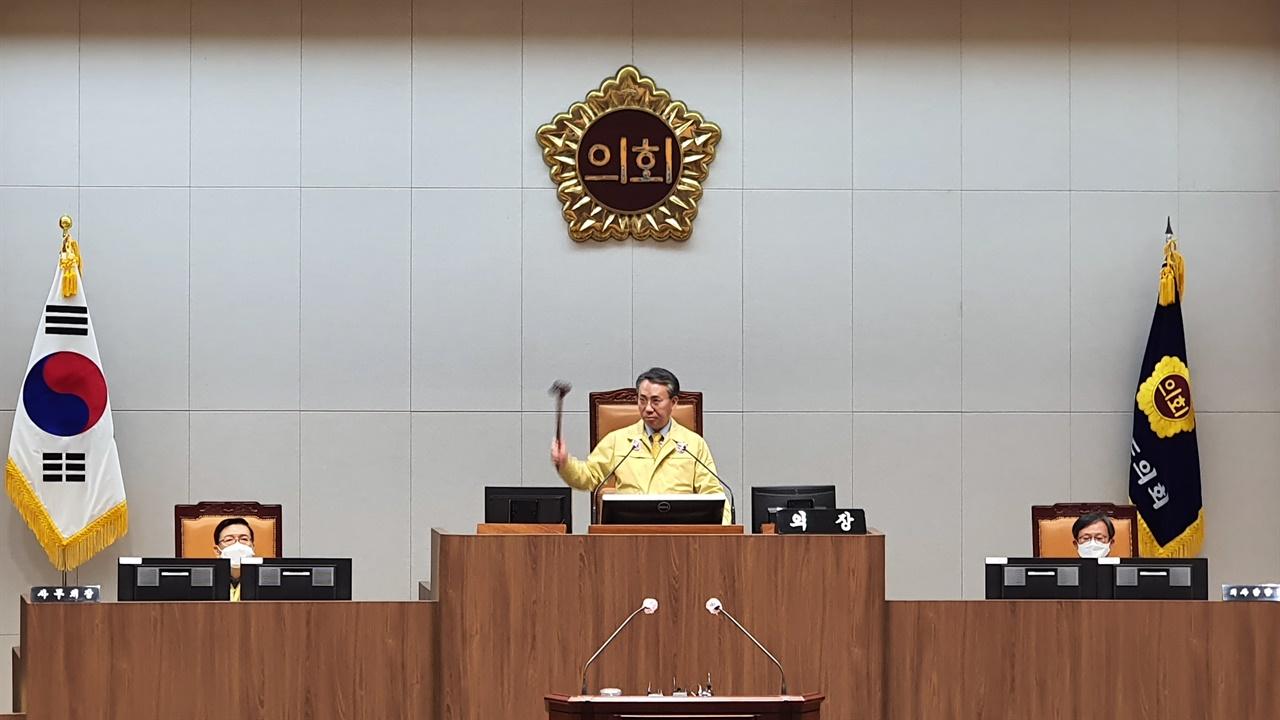 폐회선언을 하는 홍재표 부의장