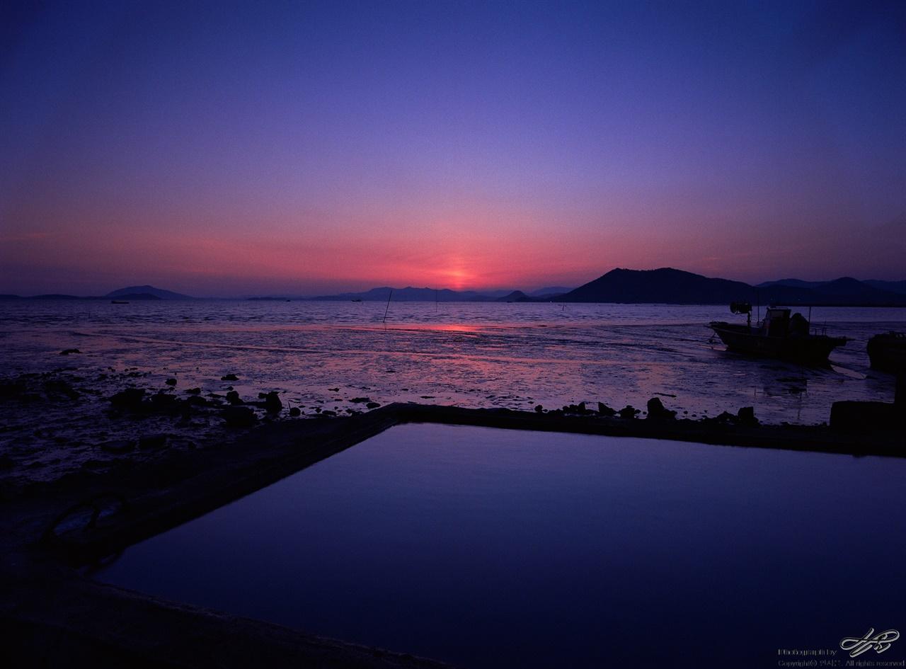 해가 진 직후 일몰의 하늘은 해가 진 후에 더 아름답기 때문에 계속 더 지켜봐야 한다.