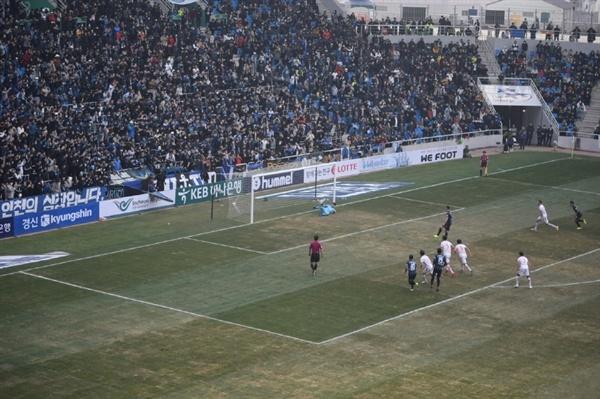 2019년 3월 2일 인천축구전용경기장에서 열린 2019 K리그1 인천 유나이티드 FC - 제주 유나이티드 개막전에서 인천 유나이티드 간판 골잡이 무고사가 페널티킥 골을 터뜨리는 순간.