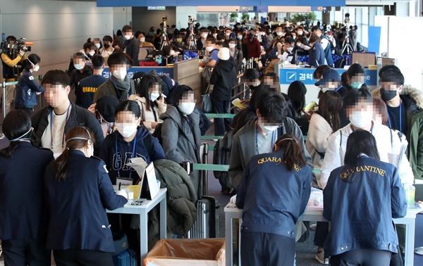 신종 코로나바이러스 감염증(코로나19)의 유입을 막기 위해 모든 입국자에 '특별입국절차'를 적용하기 시작한 19일 오전 독일 프랑크푸르트 등에서 출발해 인천국제공항 1터미널에 도착한 탑승객들이 검역소를 통과하기 위해 줄을 서있다. 2020.3.19