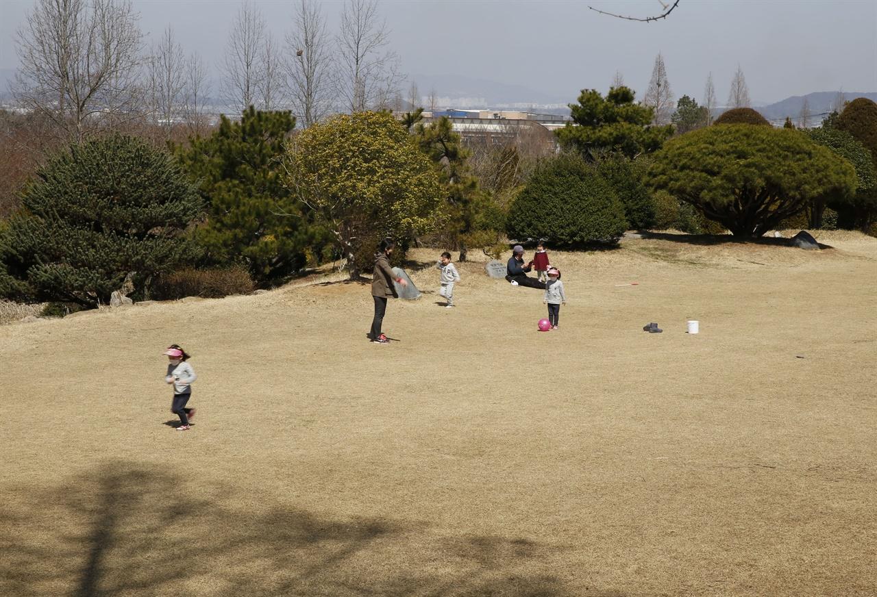 전남산림자원연구소 숲속의 잔디밭. 코로나19를 피해 나온 엄마와 어린이가 함께 뛰놀고 있다. 지난 3월 19일이다.