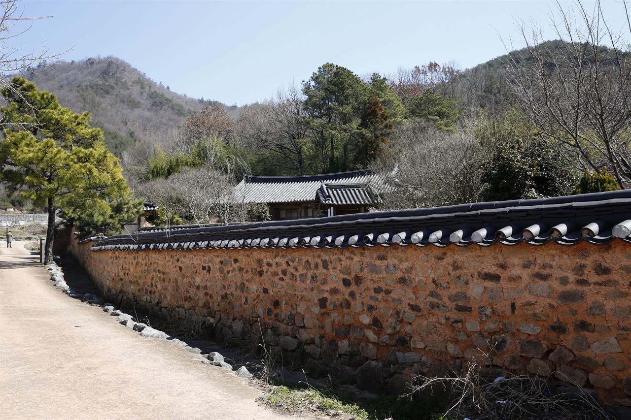 나주 도래마을의 골목 풍경. 도래마을은 한옥과 돌담이 어우러진 전통마을이다.