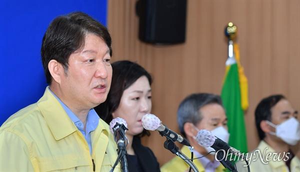 권영진 대구시장이 21일 오전 댜구시청 상황실에서 코로나19 관련 브리핑을 하고 있다.