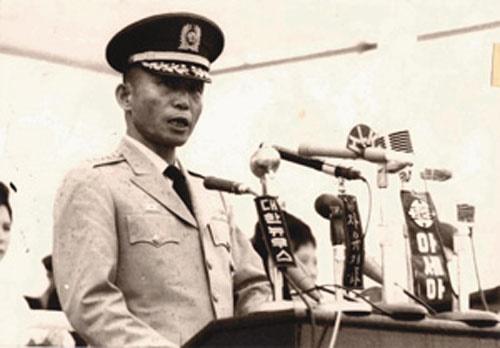 전역사를 낭독하는 박정희 대장(1963. 8. 30.).