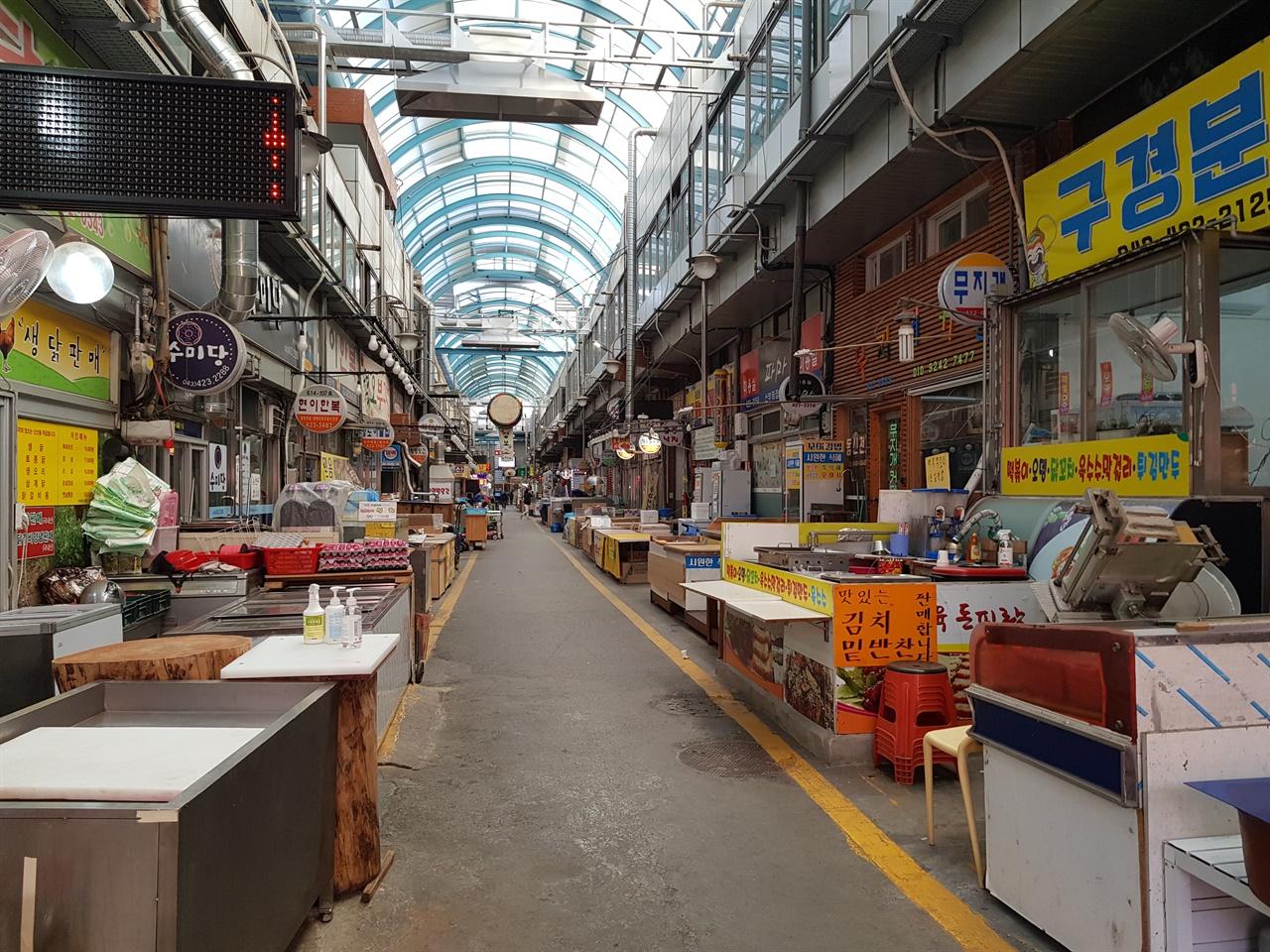 단양구경시장 주말이면 관광객들로 붐비던 구경시장에는 상인들도 가게 밖으로 나오지 않고 썰렁한 모습을 보이고 있다.