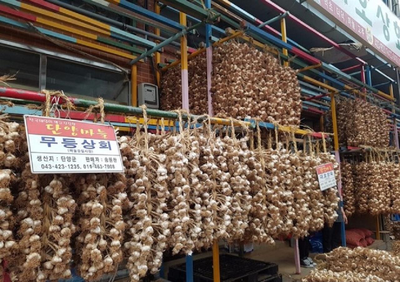 단양마늘시장 단양마늘시장 內 최대 마늘 도,소매 업체인 무등상회의 마늘이 고객을 기다리고 있다.