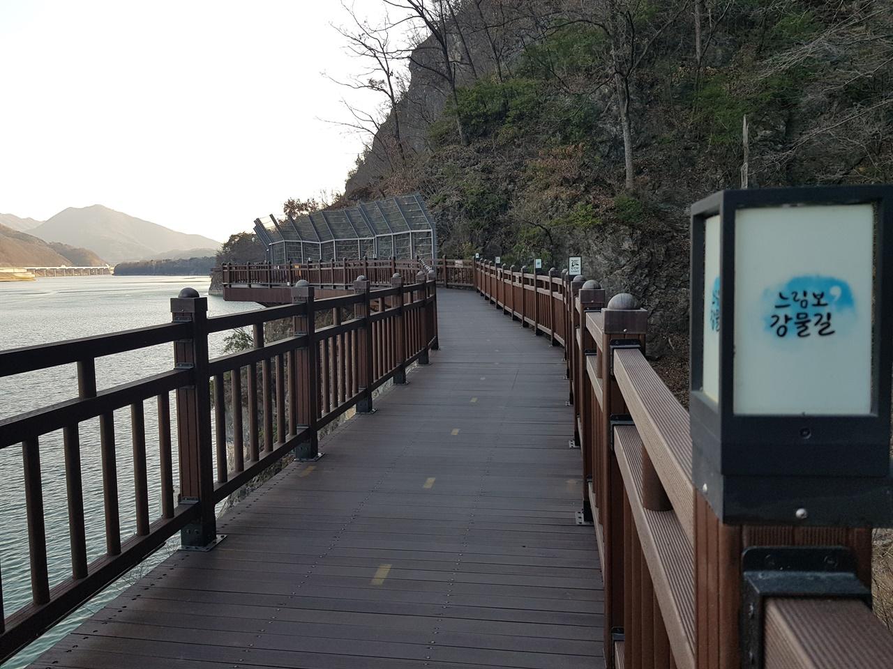 단양 잔도길 수양개역사문화길로 이어지는 단양강 잔도길은 단양강의 푸른 산과 물길이어우러진 한 폭의 그림같다.